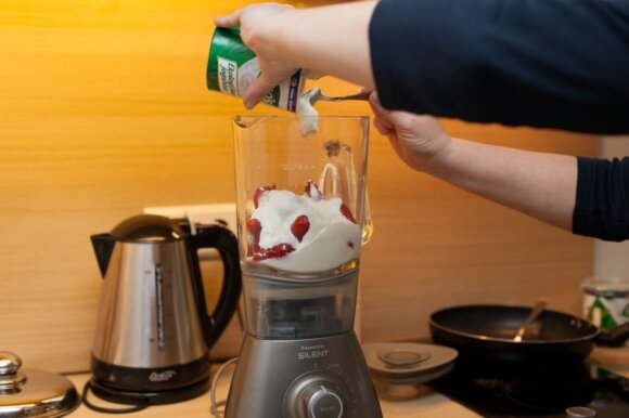 """R. Ničajienės """"Sezoninės virtuvės"""" receptai: pusryčių kokteiliai su braškėmis"""