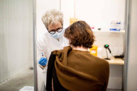 Dvi vakcinos dozės vilnietės nuo koronaviruso neapsaugojo: profesorė nurodė, kaip dažnai taip gali nutikti