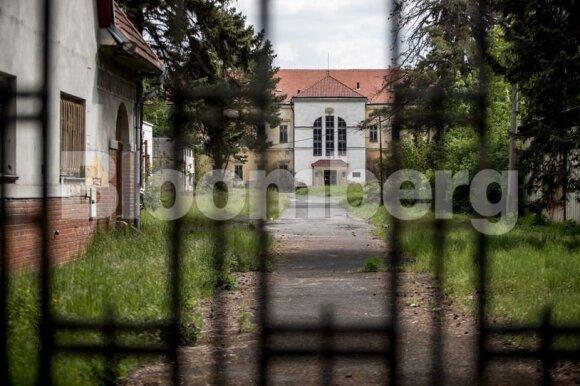 Pilis Čekijos kaimelyje: trupantis XX a. Europos didybės ir patirtų baisumų paminklas