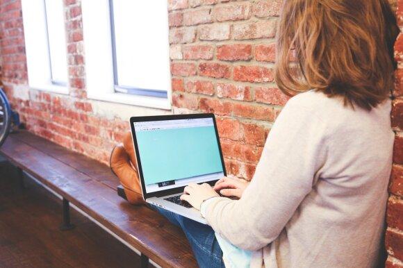 darbas, kompiuteris, laikysena, sėdėjimas