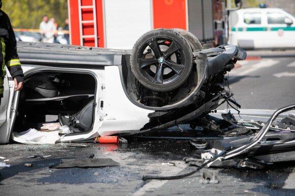 Vilniuje iš daugiaaukštės stovėjimo aikštelės iškrito BMW automobilis