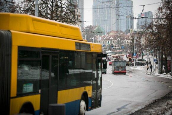 Vilniaus autobuse – žirklėmis ginkluotas vyras: puolė keleivius ir dūrė sau į kaklą