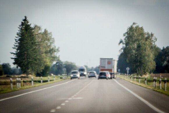 Kaip reikėtų lenkti važiuojančius lėčiau, kai eismo sąlygos nedžiugina