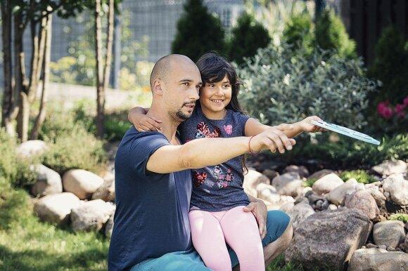 Stereotipų nepabūgę vilniečiai nusprendė įsivaikinti romų tautybės mergaitę
