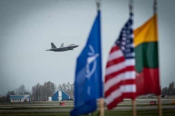 """2016 04 27  Šiauliuose, Zoknių oro bazėje leidžiasi moderniausi NATO, 5-osios kartos naikintuvai """"F22 Raptor"""" © DELFI / Orestas Gurevičius"""