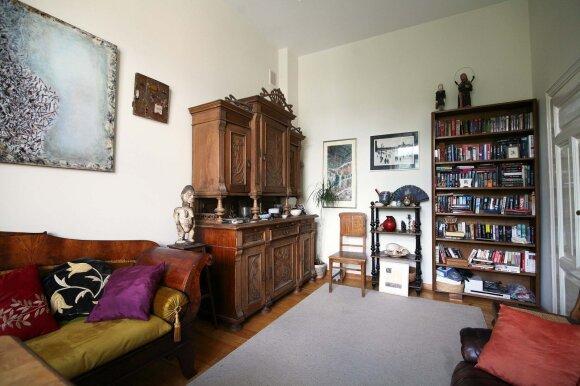 Puošnus senovinis medinis bufetas su aguonų ornamentais atkeliavo iš Arūnės mamos pažįstamos namų