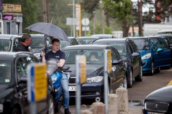 """Prie """"Regitros"""" eilėje užstrigęs vairuotojas: laukiu nuo 9 ryto ir nežinau, ar pavyks užsiregistruoti šiandien"""
