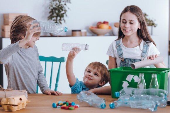 Vaikai rūšiuoja atliekas