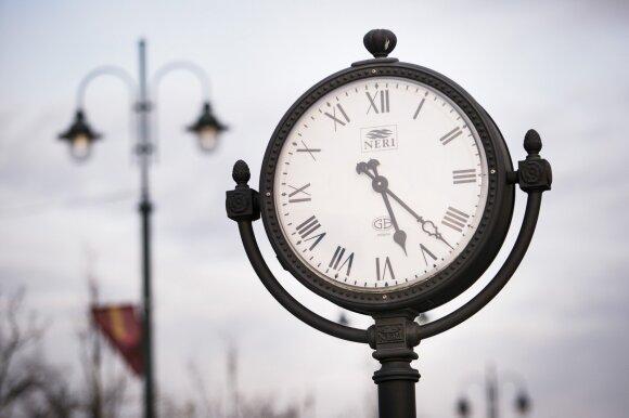 Netrukus laikrodžių nebesuksime: ekonomistas apskaičiavo, koks laikas būtų geriausias Lietuvai