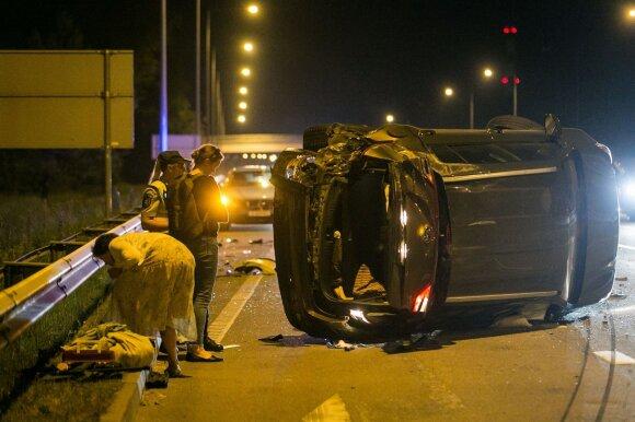 Две аварии около Григишкес: перевернутый автомобиль, раненый человек и пьяный водитель