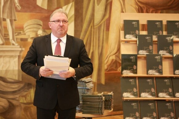 Bibliotekos direktorius prof. dr. Bronius Maskuliūnas pristato konkurso katalogą.