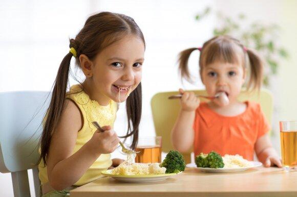 Vaikai valgo