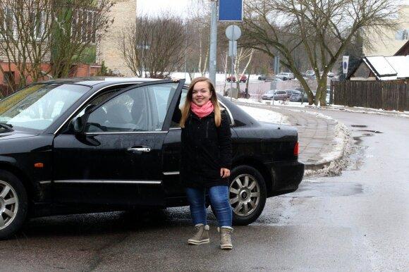 """Neretai žmonės nustemba sužinoję, kad Austė automobilį vairuoja. """"O ką? – juokiasi mergina. – Aišku, sėdynė maksimaliai iškelta ir pritraukta prie vairo. O ir automobilis – """"Kia Magentis"""" – nemažas, yra reikalų su tokiu važinėti."""""""
