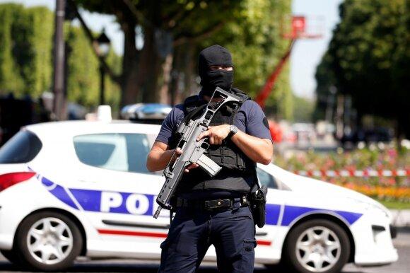 Paryžiaus Eliziejaus laukuose sujudimas – vyras įvažiavo į policijos automobilį