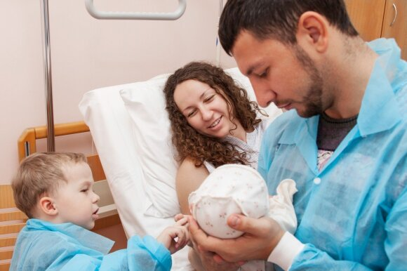 Valdžia gimstamumą bandė kelti prailginus tėvystės atostogas, bet tėčiai po jų nebenori turėti daugiau vaikų