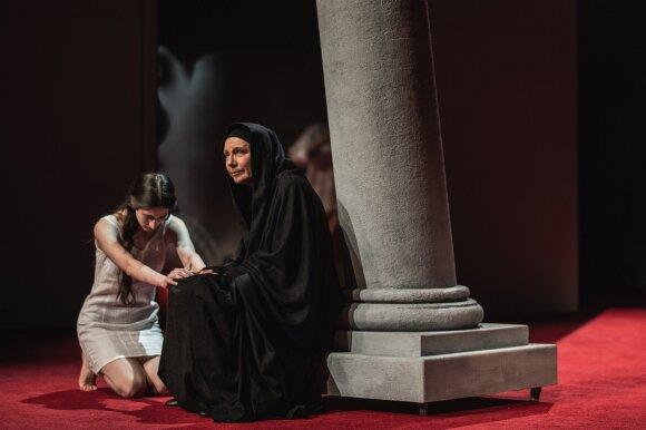 """Regina Šaltenytė. Auklės vaidmuo Maros Kimelės režisuotame spektaklyje """"Antigonė"""" (2019 m)"""
