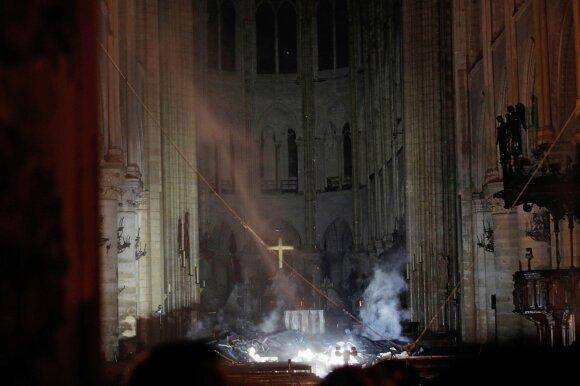 Paryžiaus centre – milžiniškas gaisras: liepsnojo Švč. Dievo Motinos katedra, pagrindinę dalį pavyko apsaugoti