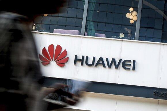 """Per švelni Merkel """"Huawei"""" strategija sulaukė rimtos kritikos: peilius į nugarą galanda net savi"""