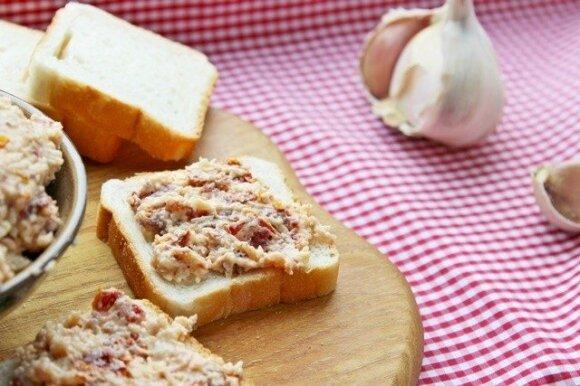 Sūrio užtepėlė su saulėje džiovintais pomidorais