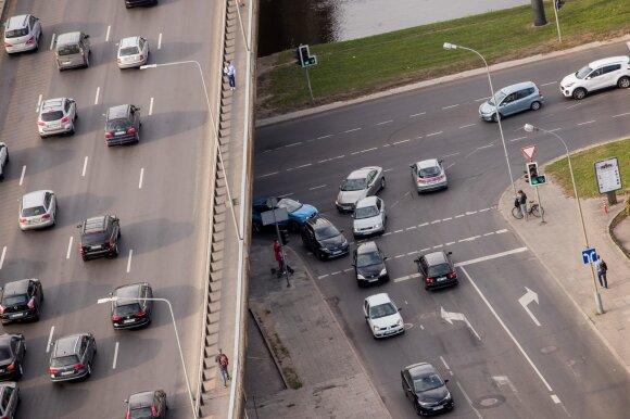 Įspėjo vairuotojus: persukus laikrodžius keliuose padaugėja eismo įvykių