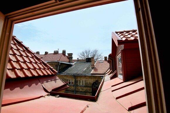 Pro buto langą matyti gabalėlis kiemo ir gabalėlis dangaus