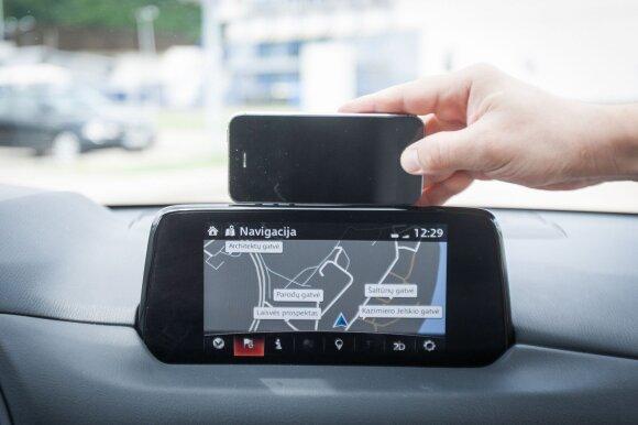 """Centrinis ekranas dydžiu nedaug lenkia """"iPhone 5S"""", o navigacija nepasižymi detalumu"""