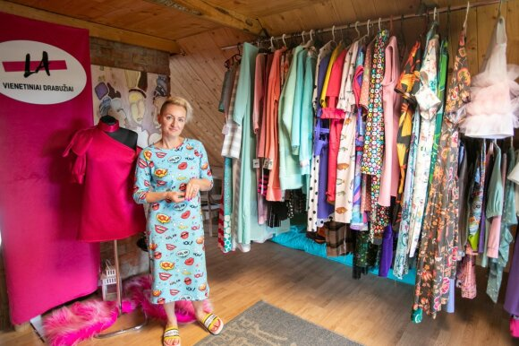 Viduryje Lietuvos laukų įkūrė dizaino butiką: mama sukasi šlepečių versle, o dukra gamina vienetinius rūbus
