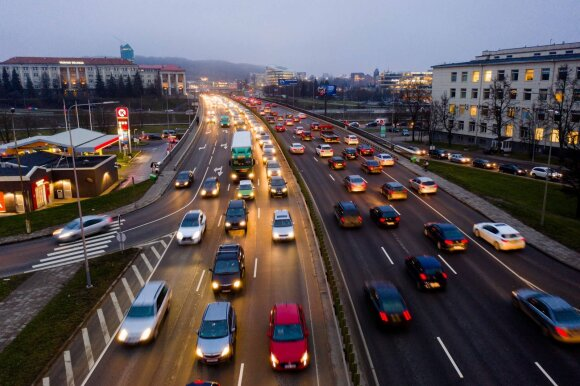 Karbauskis – apie kitose šalyse mokamus didesnius automobilių mokesčius. Tiesa ar melas?