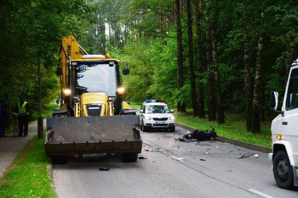 Išvardijo priežastis, kodėl važiuoti arti traktoriaus – nesaugu, o lenkti – dar pavojingiau