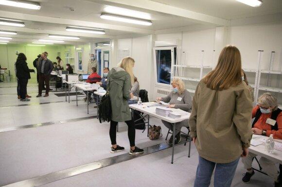 Tęsiasi išankstinis balsavimas Seimo rinkimuose, Vilniuje norima leisti balsuoti mašinose