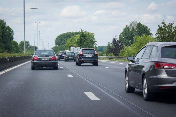 Kas automobiliui ir vairuotojui gali nutikti karštą dieną: planuojantys keliones turėtų susirūpinti