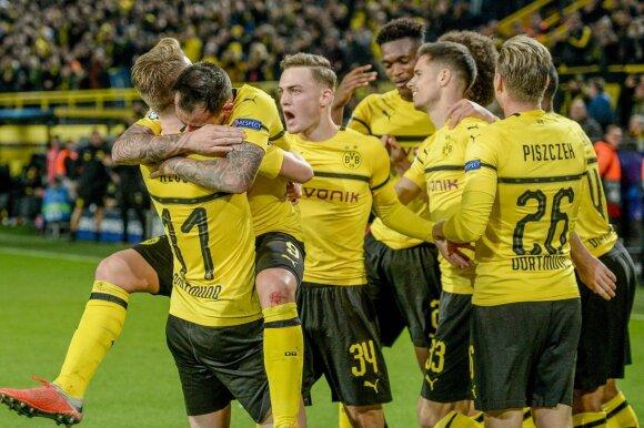 """Dortmundo """"Borussia"""" futbolininkai džiaugiasi Paco Alcacero įvarčiu"""