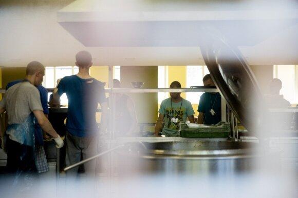 Skandalu virtusi reforma varo į neviltį: mokiniai rado, kur gauti maisto – šluoja viską