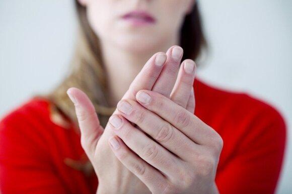 Medikai įvardino 11 priežasčių, dėl kurių tinsta pirštai ir rankos