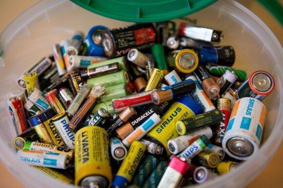 Senų baterijų į šiukšlių kibirą mesti negalima: tai kur jas dėti?