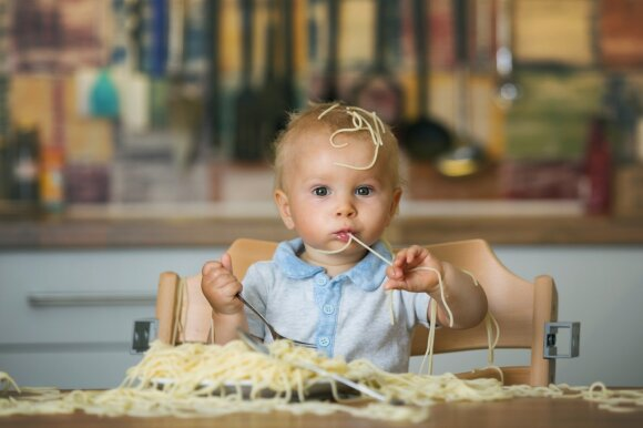 Vaikas žaidžia su maistu