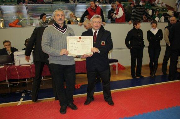 Kazimierui Bartkevičiui (dešinėje) įteiktas 5 dano sertifikata