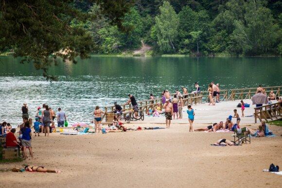 Poilsiautojai prie ežerų