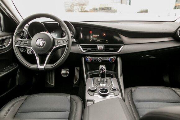 """""""Alfa Romeo Giulia"""" salone – kokybiškos medžiagos, bet netrūksta ir prastų sprendimų"""