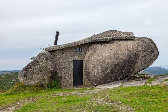 Namas akmenyje