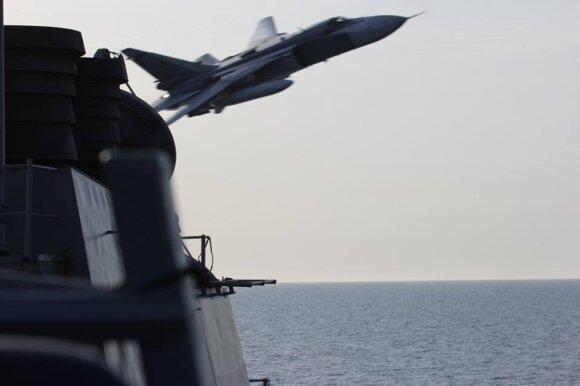 """Užfiksuotas momentas, kai Rusijos orlaivis Su-24 Baltijos jūroje pralėkė virš JAV karo laivo """"USS Donald Cook"""""""