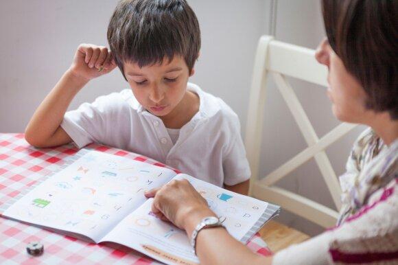 Berniukas su mama ruošia namų darbus