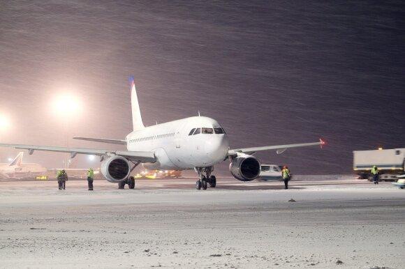 """""""Ryanair"""" lėktuve įkalintus lietuvius papiktino bendrovės elgesys"""