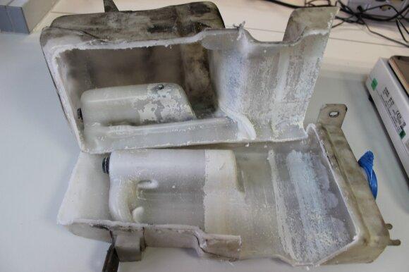 Automobilio stiklų ploviklio bakelio skerspjūvis liudija, kad naudojant prastesnės kokybės skysčius nuosėdos pamažu užkemša visą sistemą