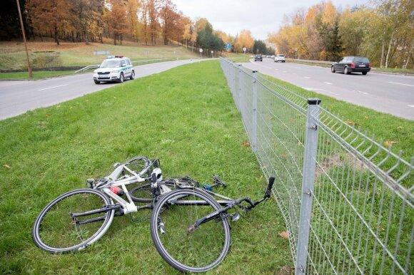 Ekspertai perspėja: dažnas vairuotojas lenkdamas dviratininką žaidžia su likimu