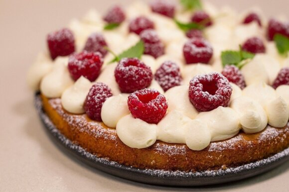 Marcipaninis pyragas su baltojo šokolado kremu ir šviežiomis avietėmis