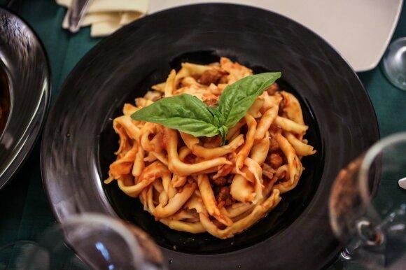 Salsa salentina per sagne su pomidorais, jautienos gabalėliais ir mažyčiais mėsos kukuliukais