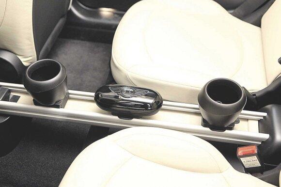 Gerai sumanyta, blogai padaryta: puodelių laikikliai ir akinių dėtuvė tarnauja trumpai, nes plastikas neįtikėtinai greitai sulūžta.