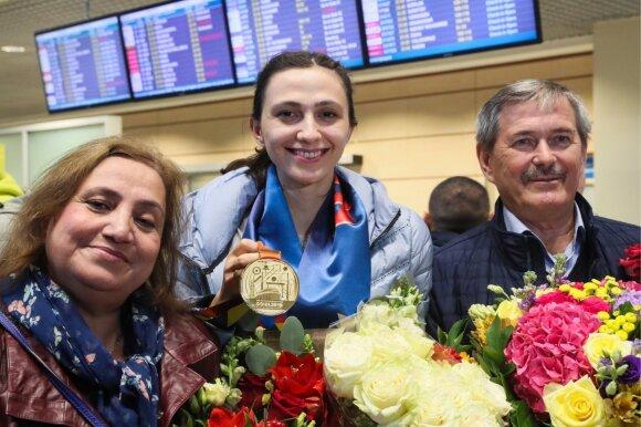 Marija Lasickienė su tėvais oro uoste
