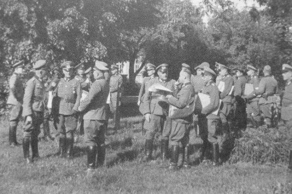 Vermachto 217-osios pėstininkų divizijos karininkai gauna vokus su vadovybės įsakymaisruoštis puolimui. 1941 m. birželio 20 d.